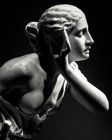 Escultura iluminada con luz dura