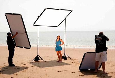 Fotografo usando difusores y reflectores